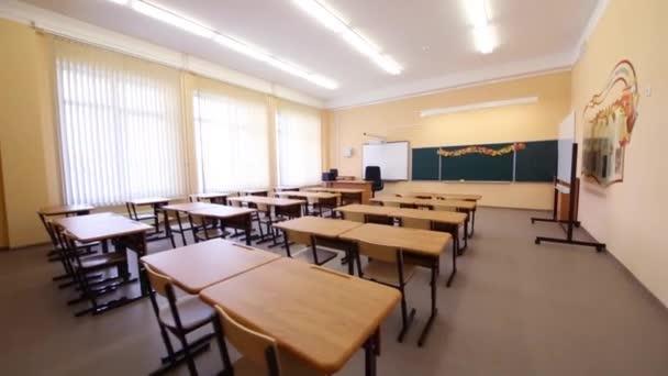Prázdné učebny s dřevěnými stoly