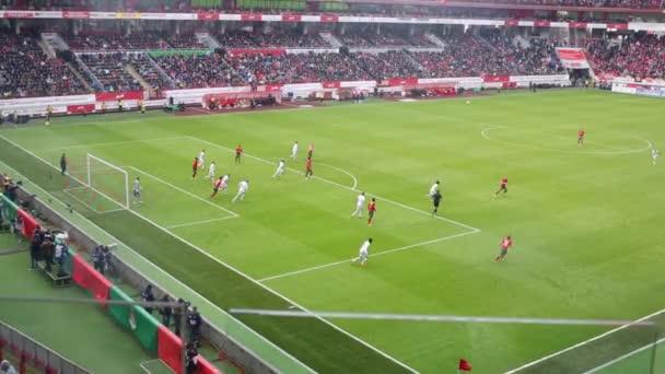Hráči na fotbalovém hřišti na stadionu Lokomotiva