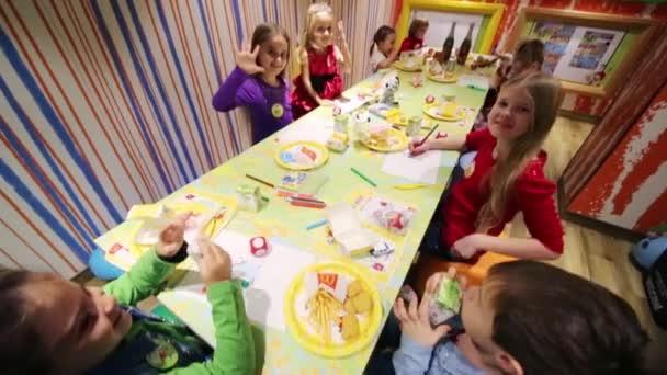 Jonge Geitjes Op Verjaardag In Zaal Van Mcdonalds Stockvideo