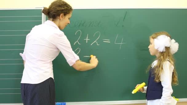 Dívka a učitel řešit matematické příklady