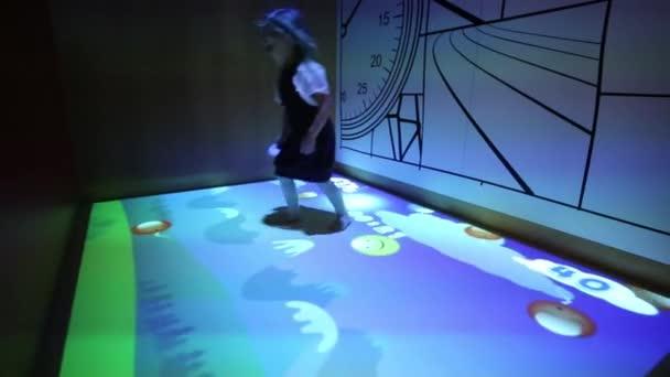 Dívka skáče a hraje v Mcdonalds