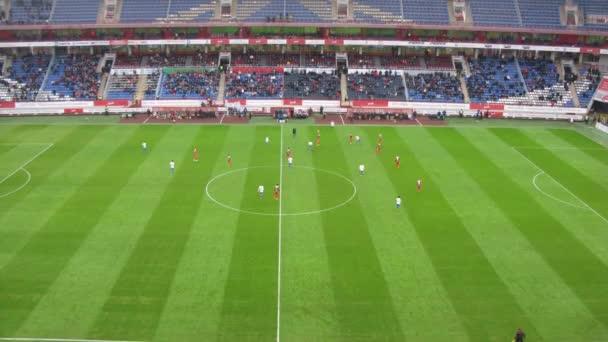Fußball-Mannschaften spielen auf Feld