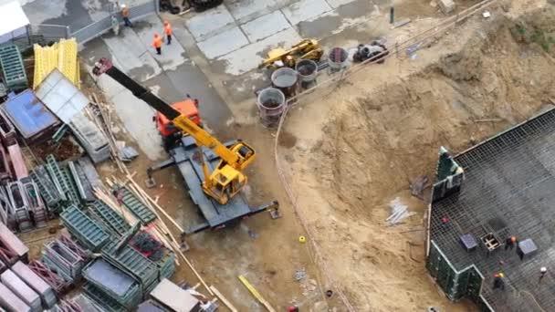 Stavební jeřáb a zaměstnanci práce