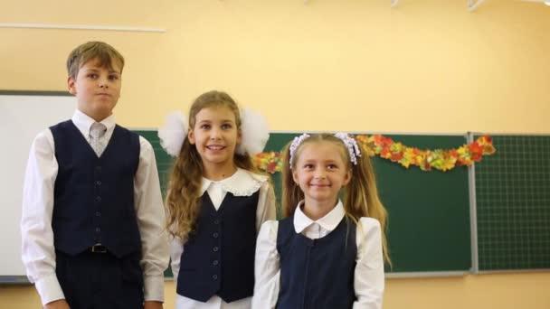 Két lány és a fiú az osztályban az egységes