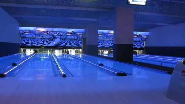 Muž, hraní bowlingu
