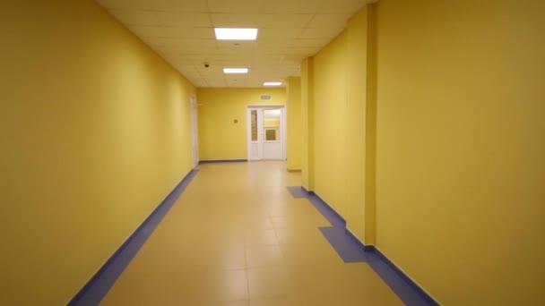 Žluté chodby v moderní školy