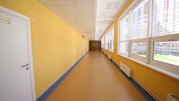 Žlutá chodba v moderní školy