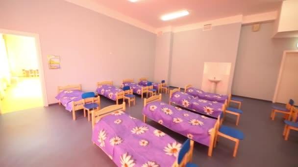 Velký pokoj s malými dřevěnými postelemi