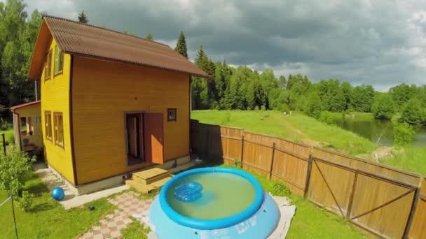 Pequena piscina no quintal de casa de campo perto da for Casa de campo pequena con piscina