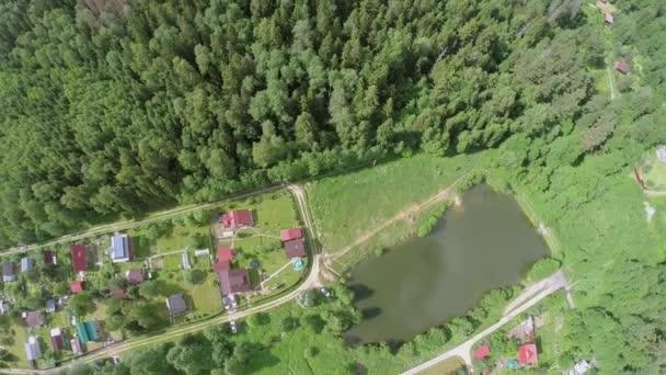 Město chaty v blízkosti rybníka a lesa