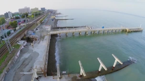 Moorages na mořské pláži poblíž railway