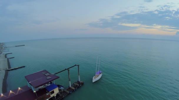 Malé jachtě slatí na molo na moři