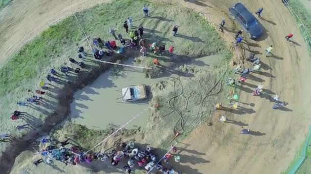 Diváci sledovat terénního vozidla