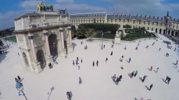 Touristen in der Nähe von Arc de Triomphe du Carrousel