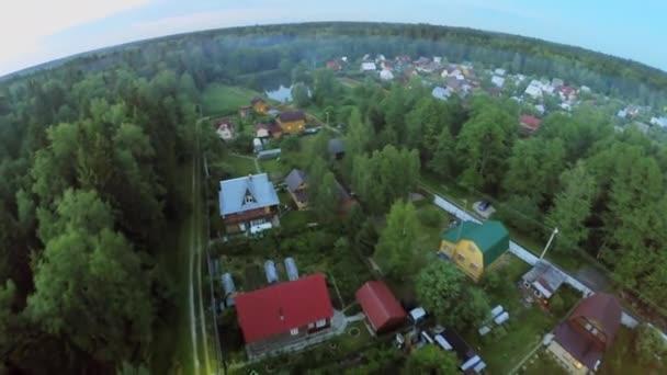 Vesnice chaty v blízkosti rybníka a lesa