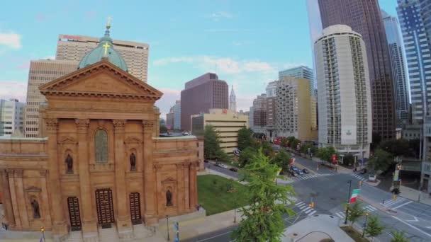 Stadtstraße mit Gebäude der Kathedrale Basilica