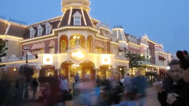 Lidé se stěhují poblíž hradu v Disneylandu
