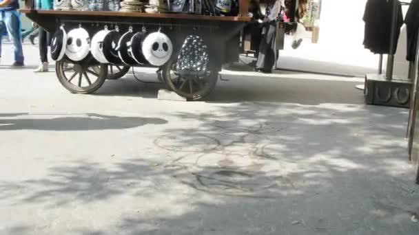 Pracovník čerpá štětec na asfaltu