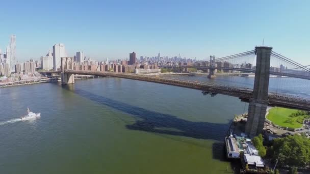 Lodní plachty u Manhattanu a Brooklyn Bridge