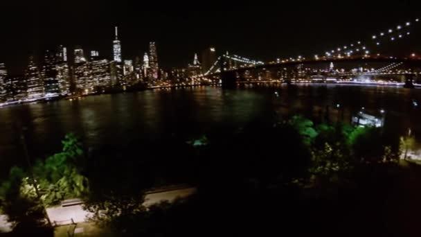 Riverscape s osvětleným Brooklynský most a mrakodrapy