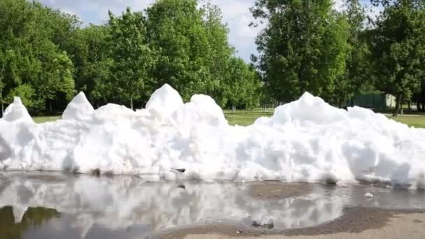 Tání bílý sníh na chodníku