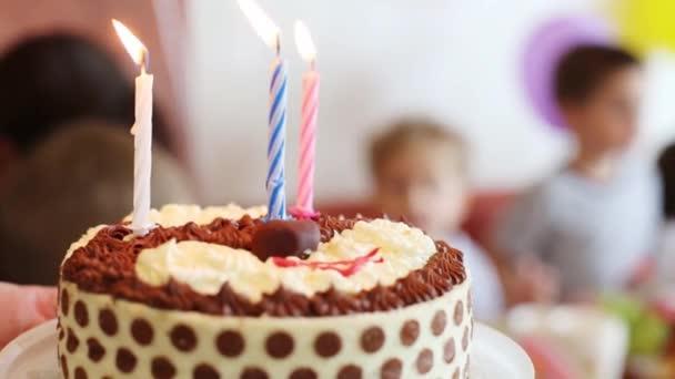 Ženské ruce drží narozeninový dort