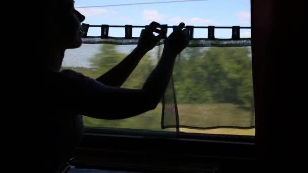 Mladá žena v pohybu vlaku