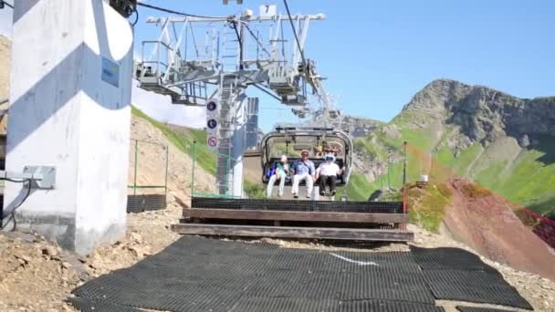 people go down from cable car