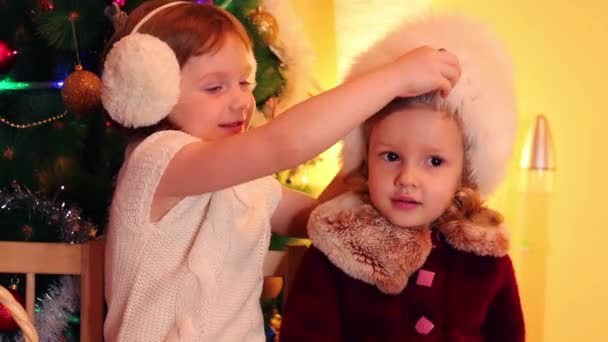 Kleine Mädchen in der Nähe von Weihnachtsbaum