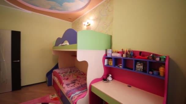Interieur van moderne kinderkamer met bed u2014 stockvideo © paha l