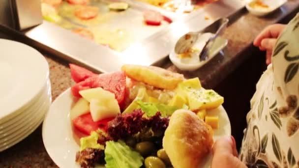 Jídlo a rukou lidí v jídelně