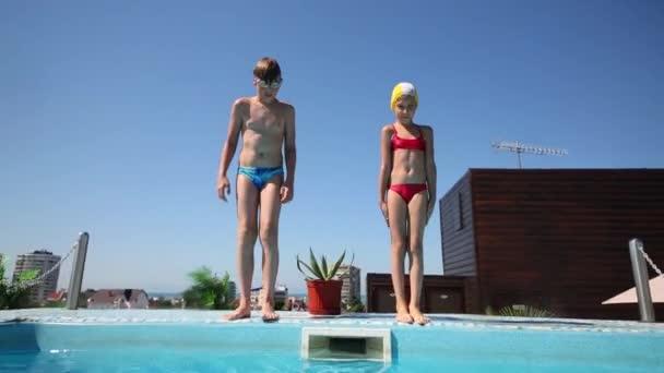dívka a chlapec skok pod vodou