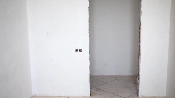 Dveře v místnosti s bílými stěnami