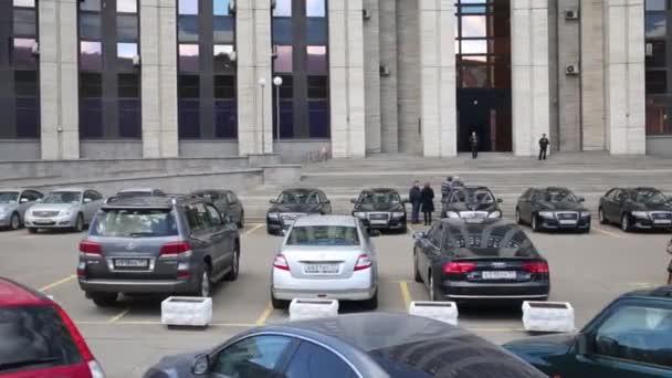Automobily zaparkované kancelářská budova