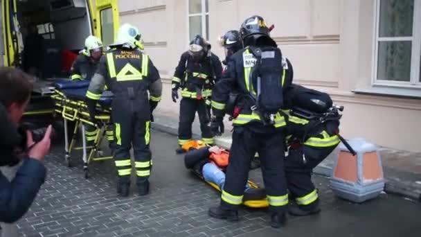 Zachránci výtahy oběť na nosítka dát ho na nosítka