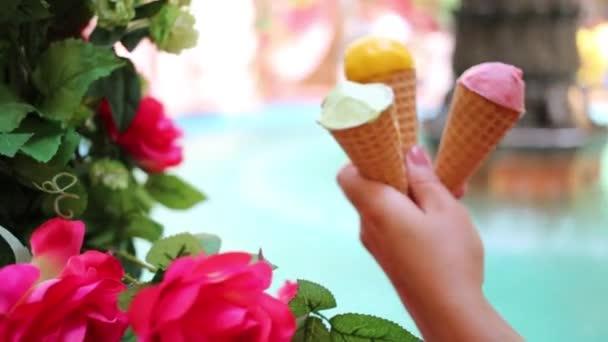 Ženská ruka drží zmrzlinu