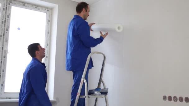 dělníci měřeného laminát list z role