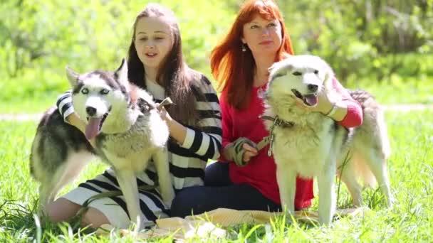 Dcera a matka se dvěma psy