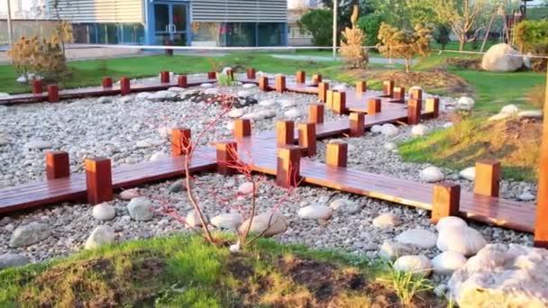 Zenová zahrada s dřevěnými cestami