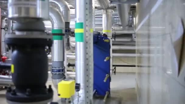 Raum mit Geräten für die Wärmeversorgung für die Wohnanlage
