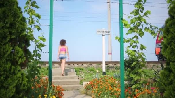 dívka jde do železnice na které vlak pohyby