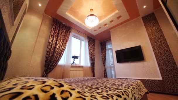 Camera da letto con tv, stampa su pareti e letto matrimoniale