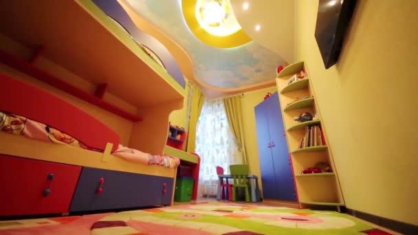 camera con letto a castello e morbido tappeto dei bambini — Video ...