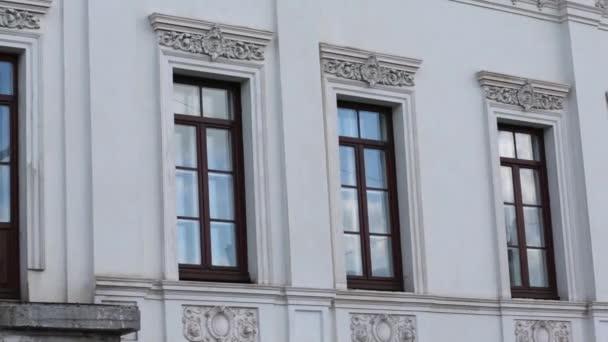 Dřevěná okna starých bílá budova