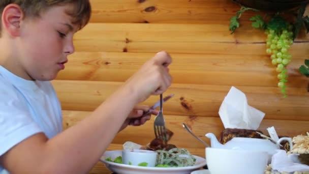 Chlapec jí grilované maso