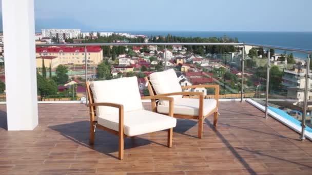 Židle na balkoně hotelu