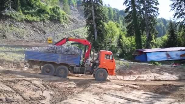 Pohybující se oranžové truck s nakládací jeřáb