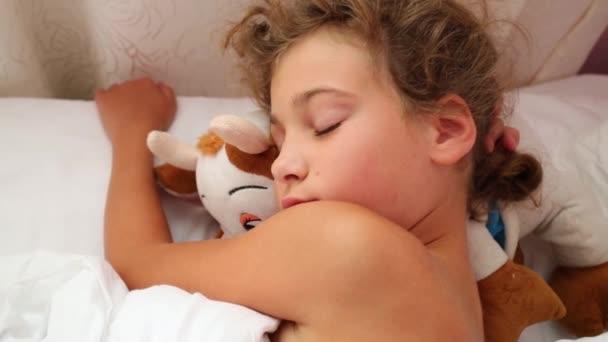 Hezká dívka spí v posteli