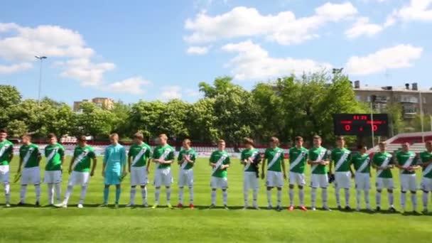 Fotbalové hřiště s hráči před zápasem
