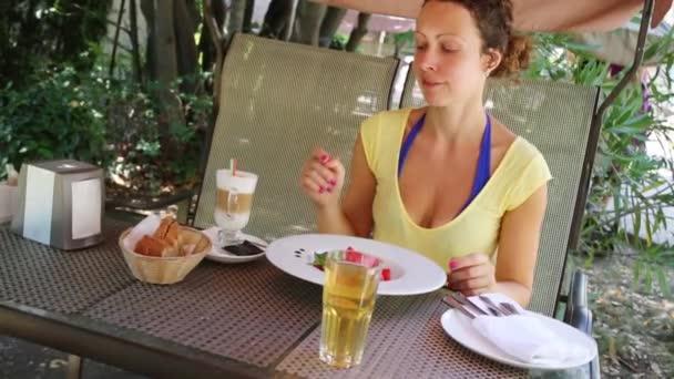 Mladá žena kývání stolu